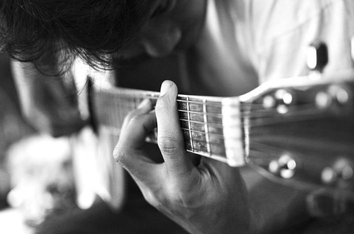 1-play-acoustic-guitar-nattapon-wongwean